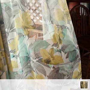 レトロな花柄のレースカーテン