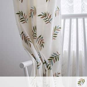 ボタニカルなリーフを刺繍されたドレープカーテン