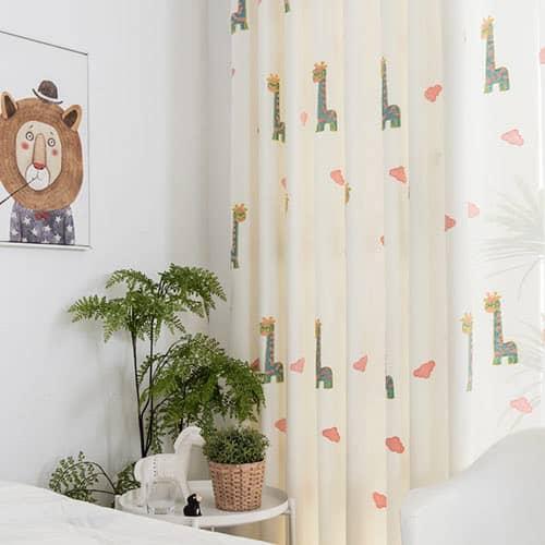 かわいいキリンを刺繍されたカーテン