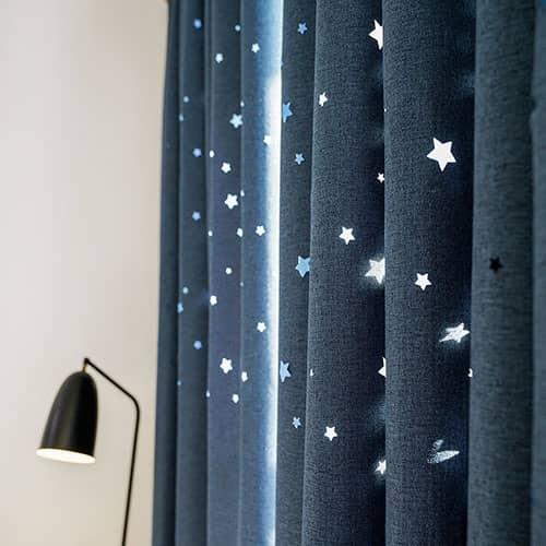 彫りだした星柄がかわいいカーテン