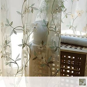 美しい花を刺繍されたレースカーテン